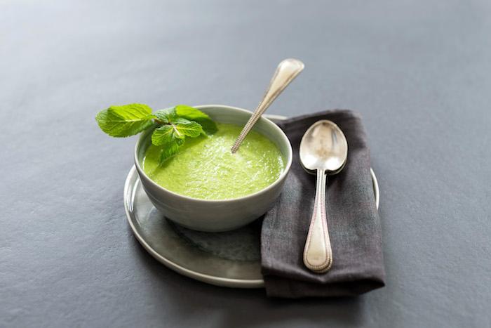 Soupe glacée de petits pois à l'arôme de menthe