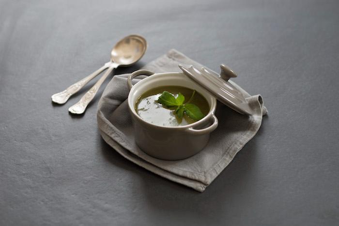 Soupe froide d'herbes aux arômes de basilic et de bergamote